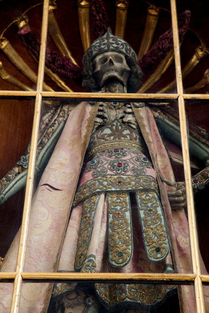 """St. Canditus (Irsee, Alemanha)   19 Bejeweled Skeletons That'll Blow Your Mind """"Um dos três esqueletos uma vez possuído pela igreja do mosteiro em Irsee. Ele veste suntuosa roupa que foi doado pelos nobres locais, e depois adaptada para o esqueleto com recortes para revelar os ossos """"."""