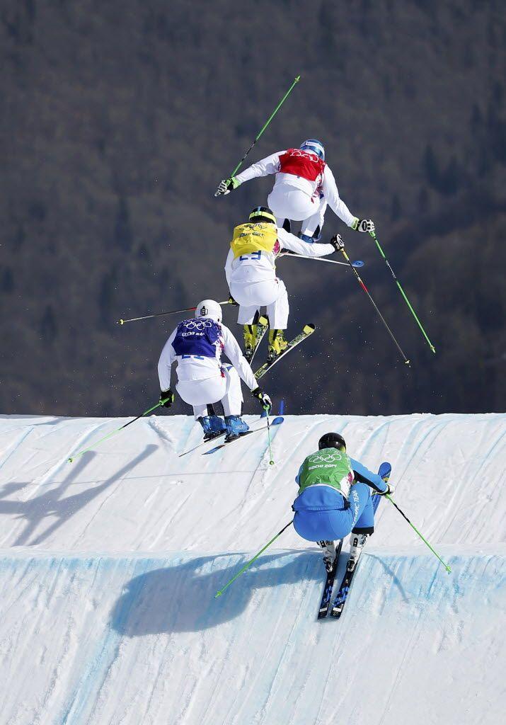 Atletas competem em prova de esqui.  Foto: Dominic Ebenbichler/Reuters
