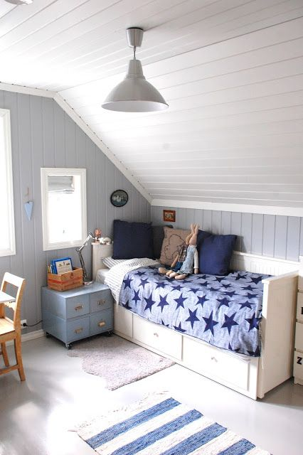 HEMNES Bett von IKEA mit Blau-Weißer Dekoration Passt super unter - schlafzimmer farben dachschrge