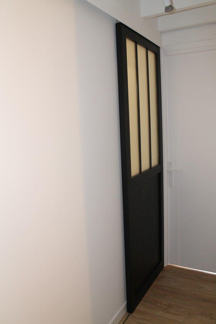 Porte Coulissante Atelier Du0027artiste Noire Avec Verre Opaque Pour Gain De  Place Dans Cette