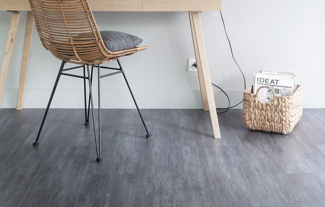 Een warm grijze pvc vloer met een moderne uitstraling. door de