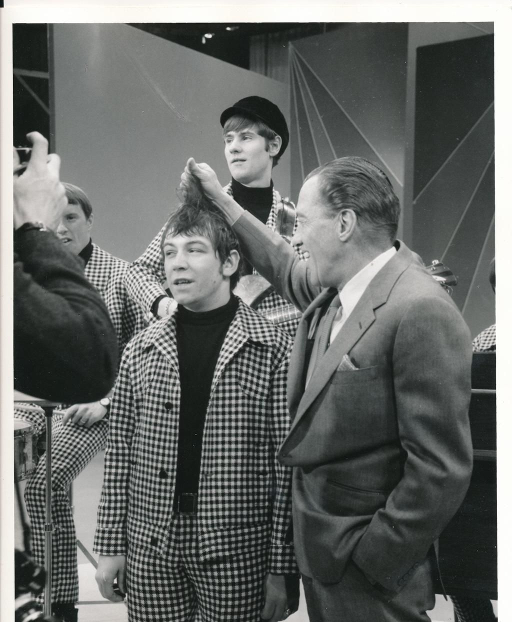 Image of: Misunderstood Here He Is With Ed Sullivan And The Animals On The Ed Sullivan Show In 1966 Pinterest Edsullivanshow On Eric Burdon Pinterest Music British
