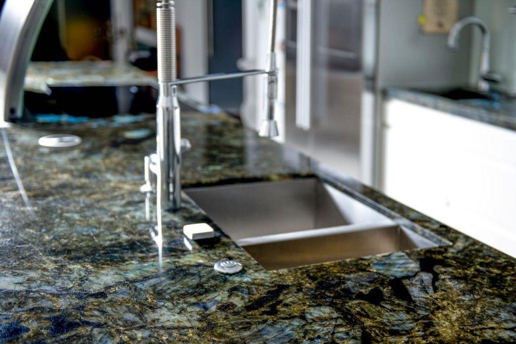 Eine Arbeitsplatte aus Stein ist pflegeleicht und langlebig - küchenarbeitsplatte aus granit