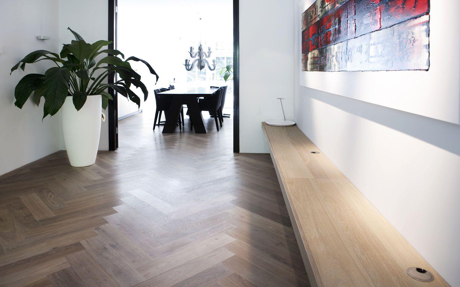 Eiken houten visgraatvloer gerookt wit op vloerverwarming. home