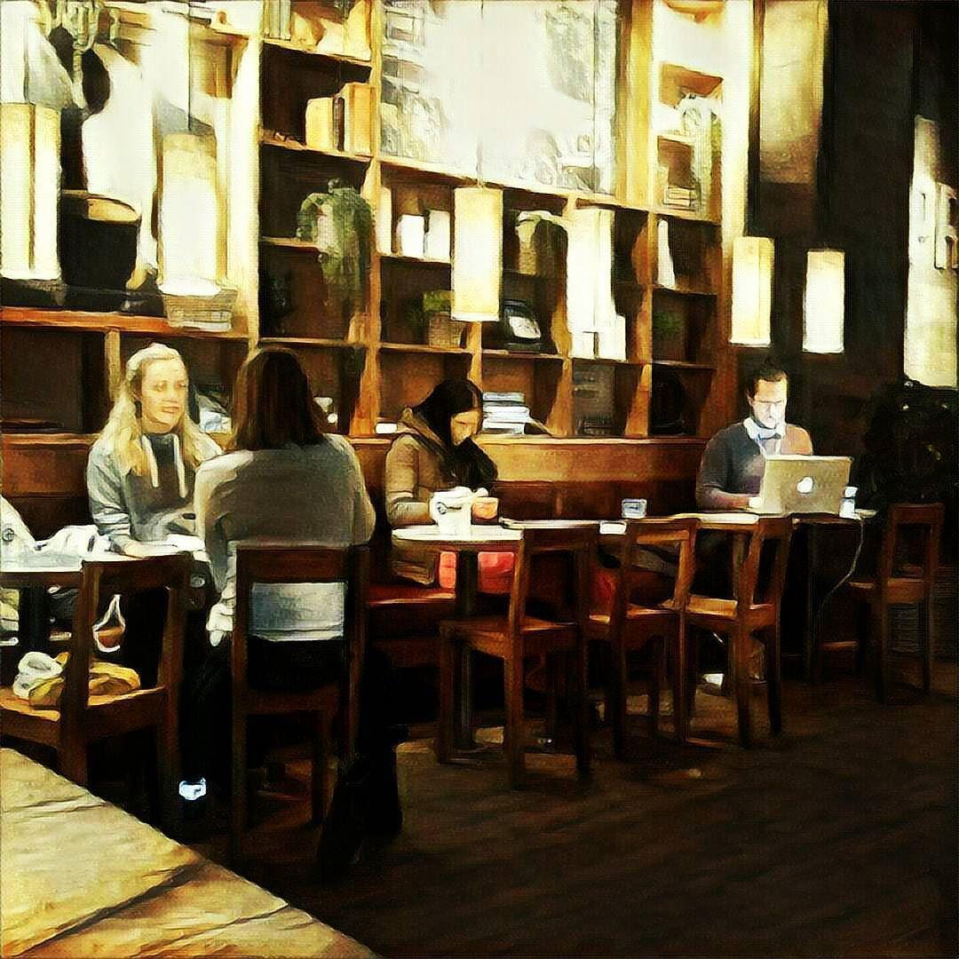 En vanlig eftermiddag på en kaffe i #Göteborg : lite jobb lite nöje.