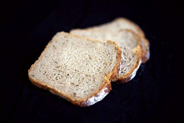 Sandwichbrot mit Roggenmehl, Kümmel und Gewürzgurken