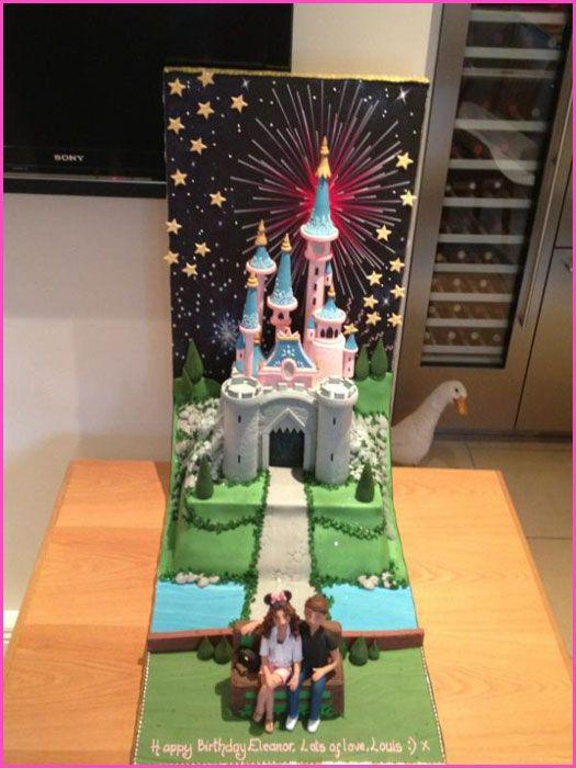 Jag valde den här tårtan för att jag tyckte att det är ganska fint med slottet i Disneyland som bakgrund och fyrvärkerier, det är även väldigt gulligt med paret som sitter tillsammans