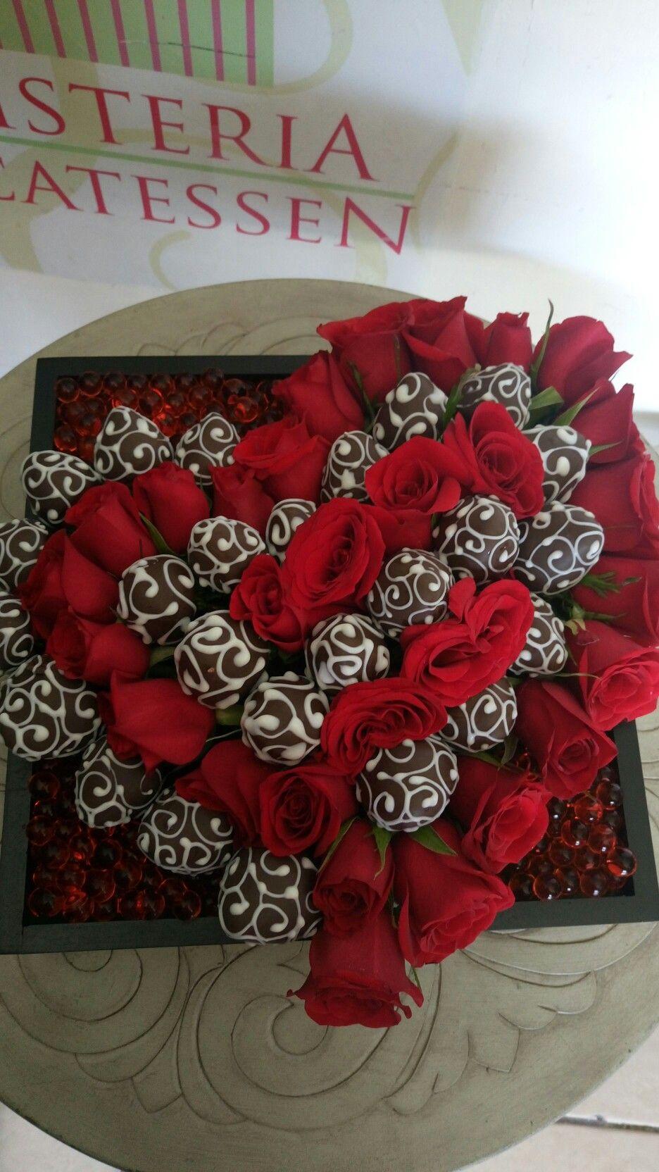 Corazn formado con fresas decoradas con chocolate y rosas naturales By kika carln