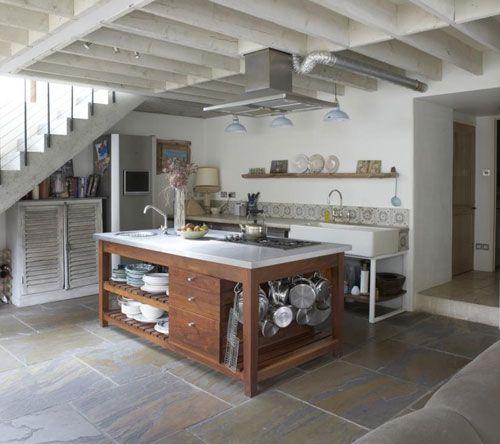 Cocina r stica isla central con muebles abiertos para for Muebles cocina isla central