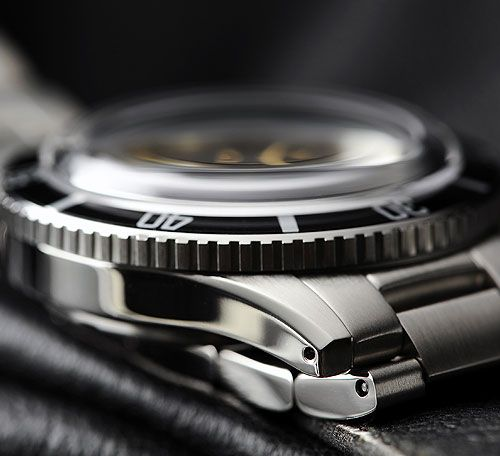 STEINHART OCEAN One Vintage (42mm) Domed sapphire crystal, double anti-reflection coating on the inside.