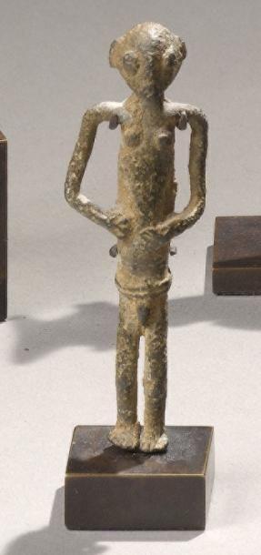 PENDENTIF ANTHROPOMORPHE Peuple Sénoufo ( ?), Côte d'Ivoire Bronze à belle patine de fouille. H. 7,8 cm  - Binoche et Giquello - 02/03/2011