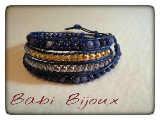 Cordino in cuoio blù, sodalite, mezzi cristalli( medium topazio e trasparent blue) e perline oro e argento
