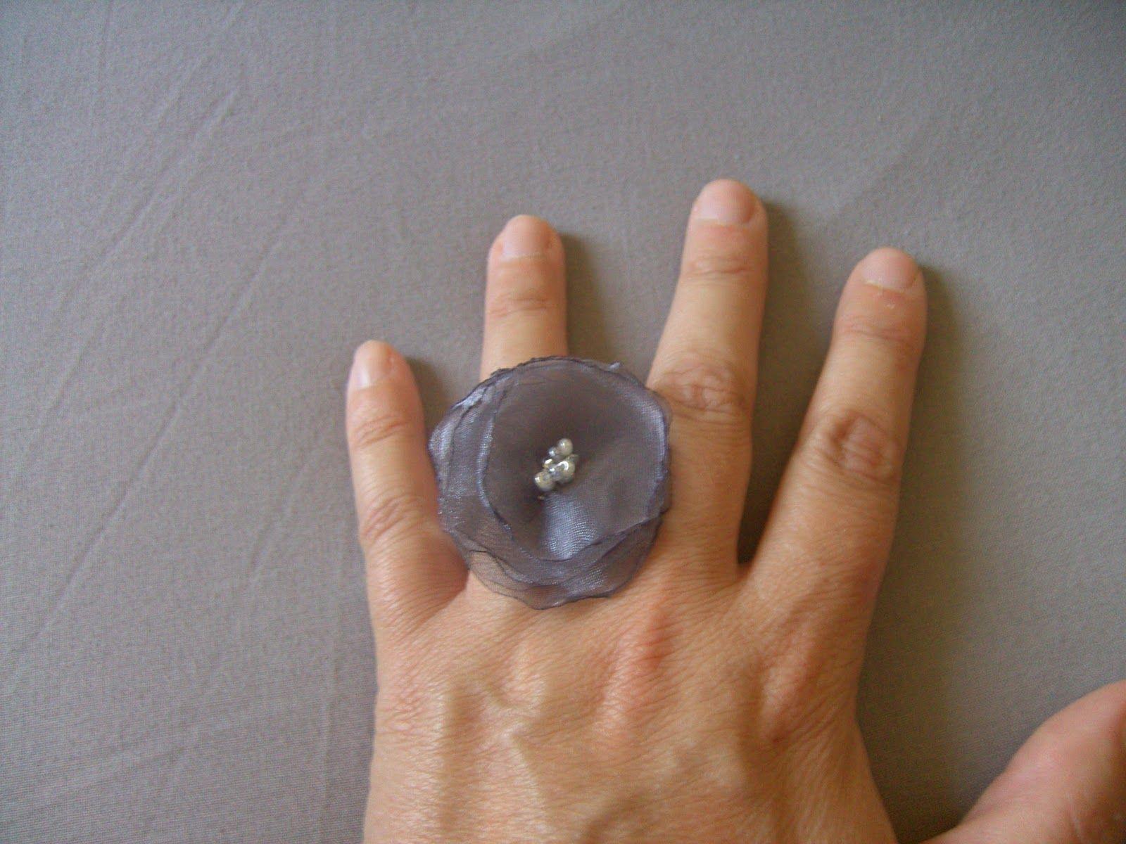 Anillo de organza gris con unas pequeñas perlitas