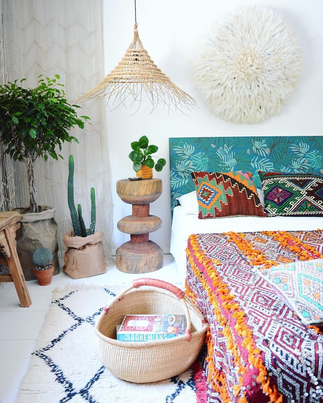 Kleurrijke Ibiza slaapkamer. Tip! Bekleed met een restje behang een ...