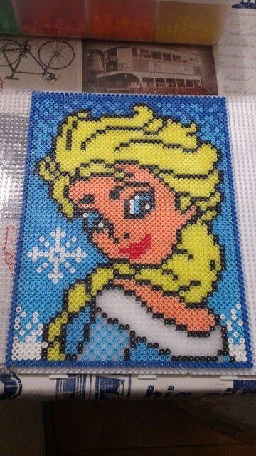 Elsa  de Frozen realizada con hama beads