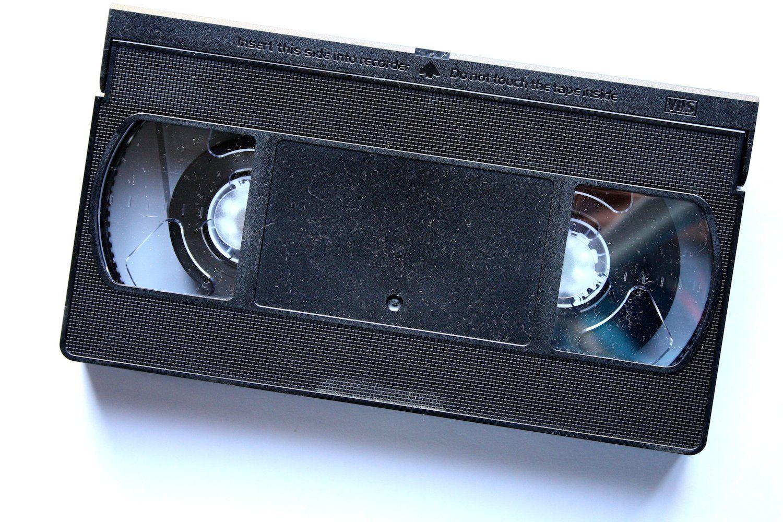 Un hombre hace 14 años alquiló una cinta VHS. Primeramente James Meyers fue detenido por un policía de Carolina del norte por traer una de las luces de su auto rota, esto le ocurrió mientras James se dirigía a llevar a su hija a la escuela. Esta historia parecería sacada… Continua leyendo