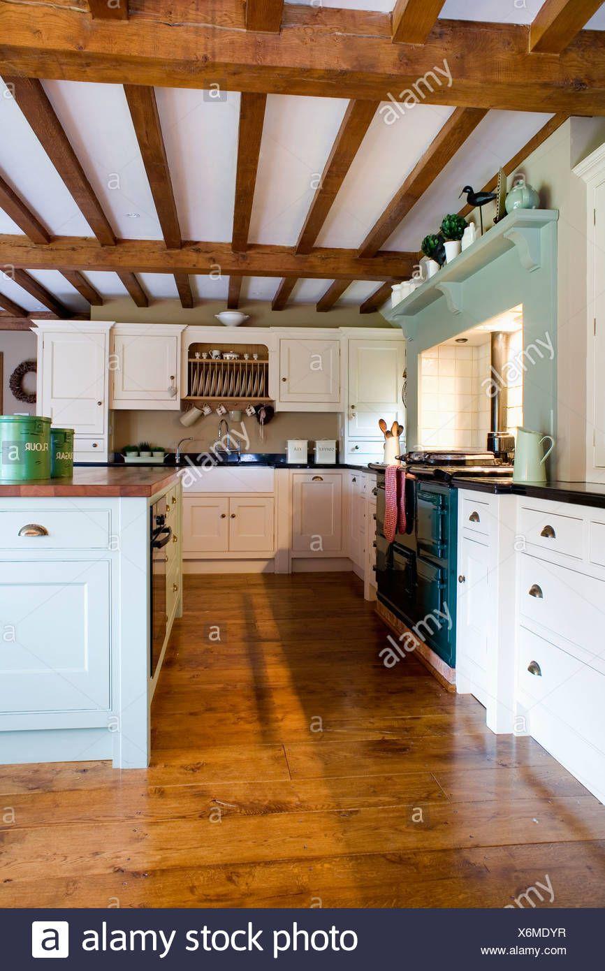 Soffitto Travi A Vista il pavimento in legno nel paese grande cucina con soffitto