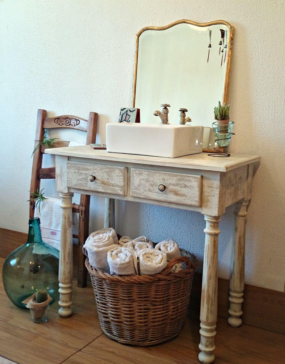 Mueble de baño decapado en blanco antiguo | Bohemian and Chic ...