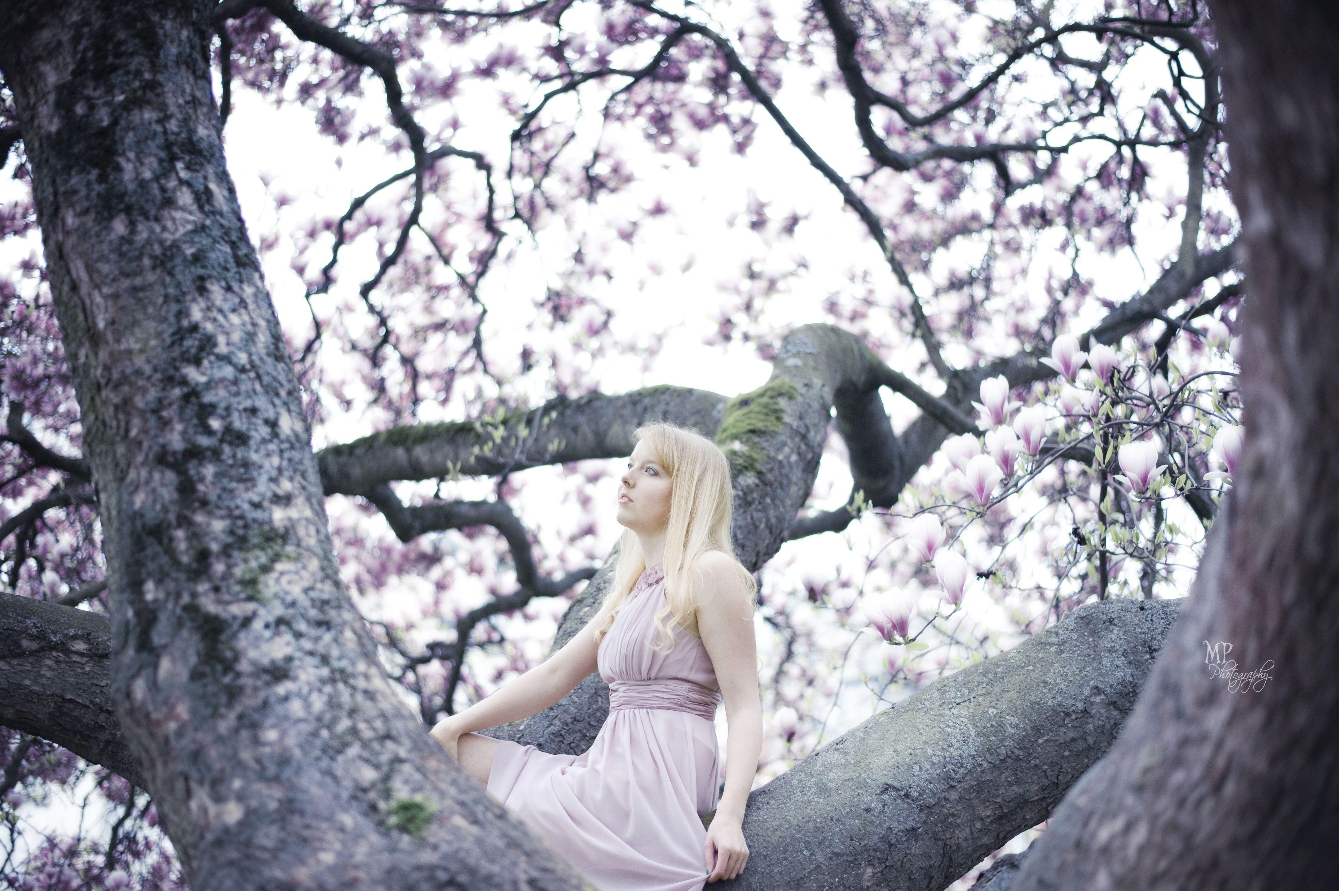 Portraitfotografie von Miriam Peuser Photography www.miriampeuserphotography.de  portrait | woman | outdoor | spring | magnolia | tree