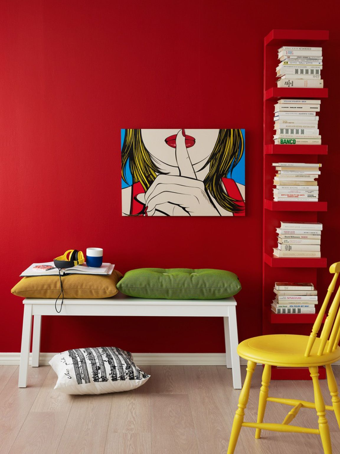 interno casa-parete rossa e libreria | Casa | Camera da letto rossa ...