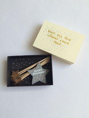Jemand mit guten Wünsche zu begrüßen. Diese niedlichen Versammlung kommt mit 5 Miniatur Sterne Zauberstäbe, die wirklich Ihr Geburtstagskind überraschen. Jede Box ist von mir handgefertigt. Ich montieren jede Streichholzschachtel von Grund auf neu. Ich Farbe, zeichnen, Stempeln, schneiden und fügen Sie jede Verzierung und meine eigene Handschrift für Text verwenden. Boxgröße: 2.5 x 1,75 x, 5 Lassen Sie sich kreativ zusammen! Wenn Sie eine Box für jemanden oder für sich selbst personalisi...