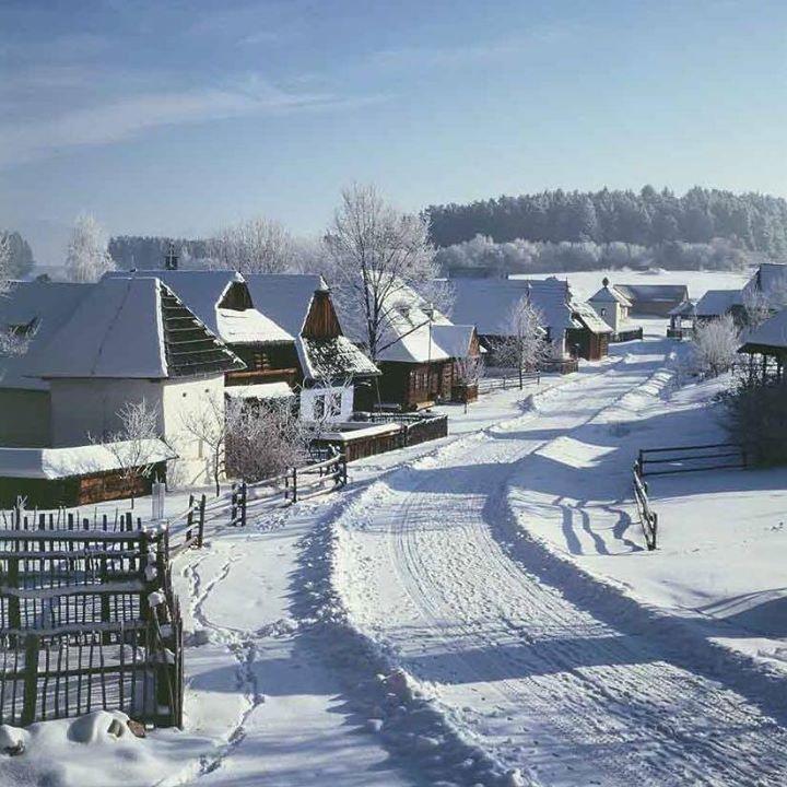 Zasnežená slovenská dedinka.