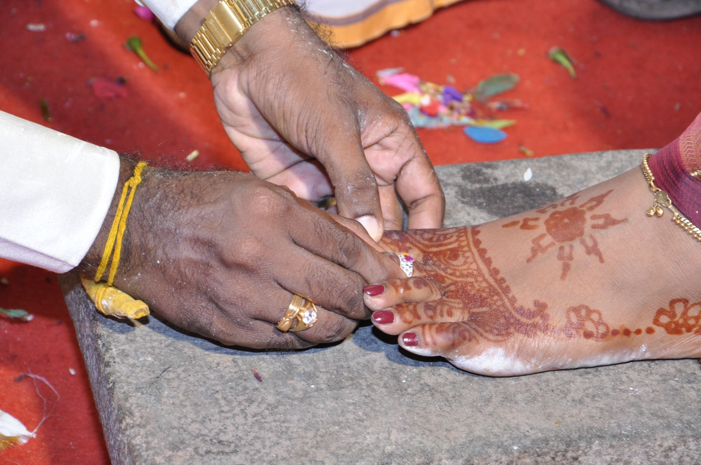 Gold toe rings for women - A Toe Ring Is Not A Decorative Ornament In The Indian Culture But It Is An Ornament Meant Exclusively For Women When Sita Was Abducted By Ravana She Left