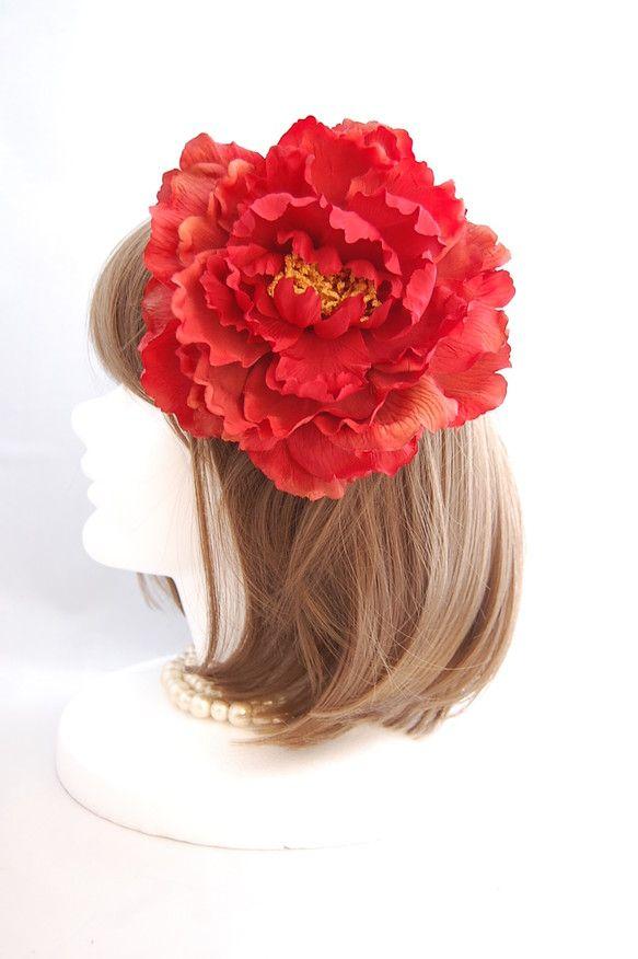 顔の半分が隠れる真紅の大きな花が印象的なヘッドドレスです。カラードレスにも和装の着物にもベリーダンス、フラメンコの衣装にも似合うインパクトがあるおすすめのアイ...|ハンドメイド、手作り、手仕事品の通販・販売・購入ならCreema。