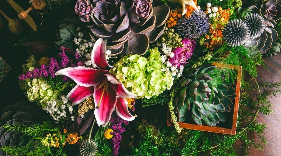 Charleston Weddings - Thomas Bennett House - @jeannemitchum - @wildflowersinc - Merrymint Designgs - Emerald, Magenta, Gold - succulents - starburtst lilies - peonies