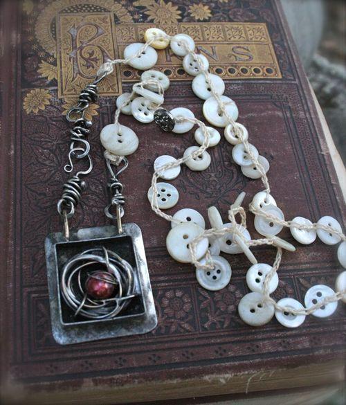 Tenk bånd med påsydde ting, fint med knapper også. Stephanie Lee jewelry: Red Egg Necklace