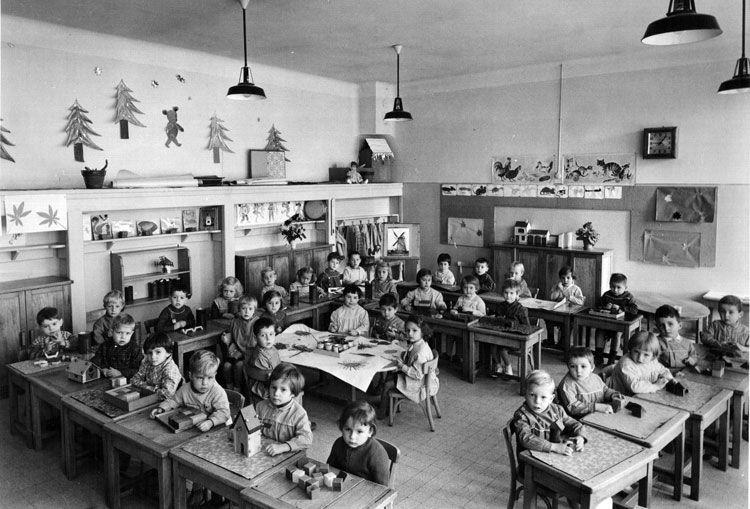 Une classe maternelle au d but des ann es 60 r tro cole for Salle a manger annee 60