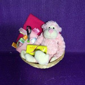 Geboorte kado aapje. Een leuk klein kraammandje met 5 kadootjes o.a. een roze slinger aap en speenlabeldoekje. Kijk voor meer kraamkado's in onze webwinkel.