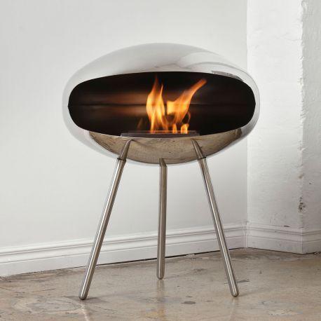 Federico Otero, el diseñador, ofrece una chimenea de bioetanol muy