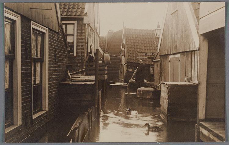 Links mijn huis ten tijde van de watersnoodramp in 1916 in Volendam