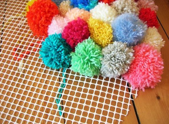 diy fabriquer un tapis de sol d coratif en pompons de laine multicolores d co chambre d. Black Bedroom Furniture Sets. Home Design Ideas