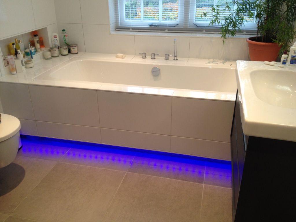 Bad met ledverlichting en inbouw kranen | Badkamer-Inspiratie ...