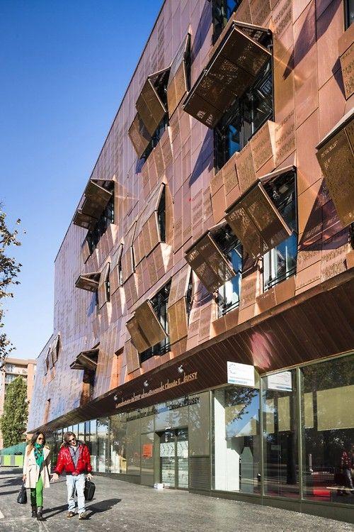 Dinamical steel facade.