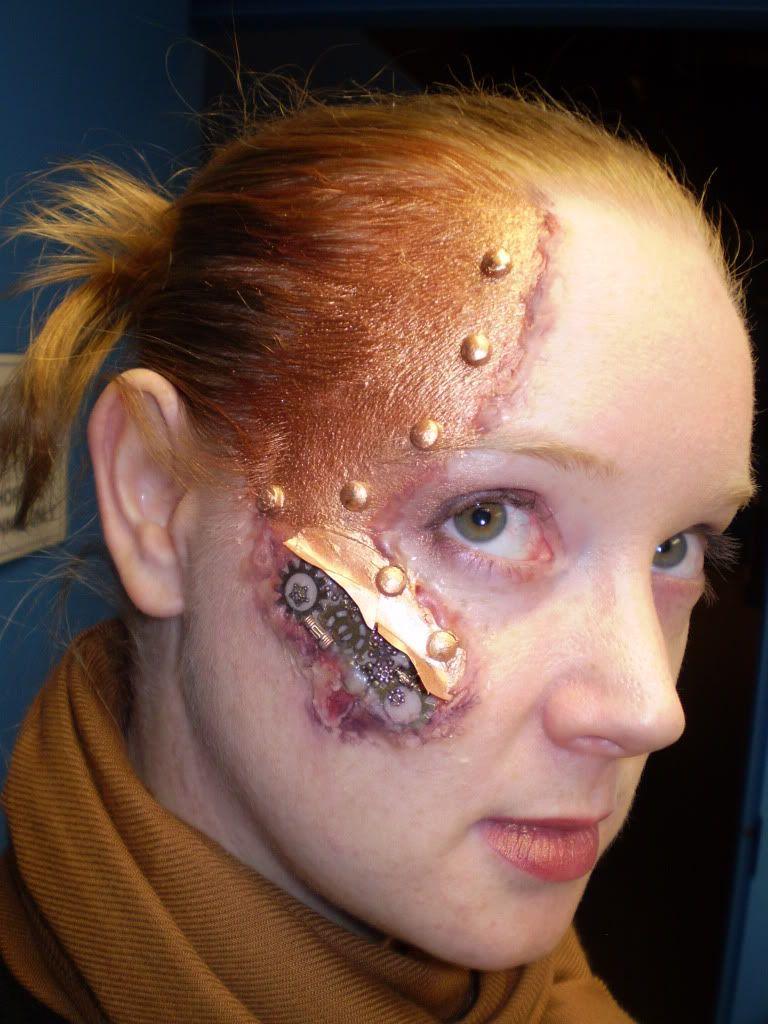 Cera e ingranaggi: sotto la pelle si cela un automa.    Tutorial: http://brassgoggles.co.uk/forum/index.php?topic=34527.0