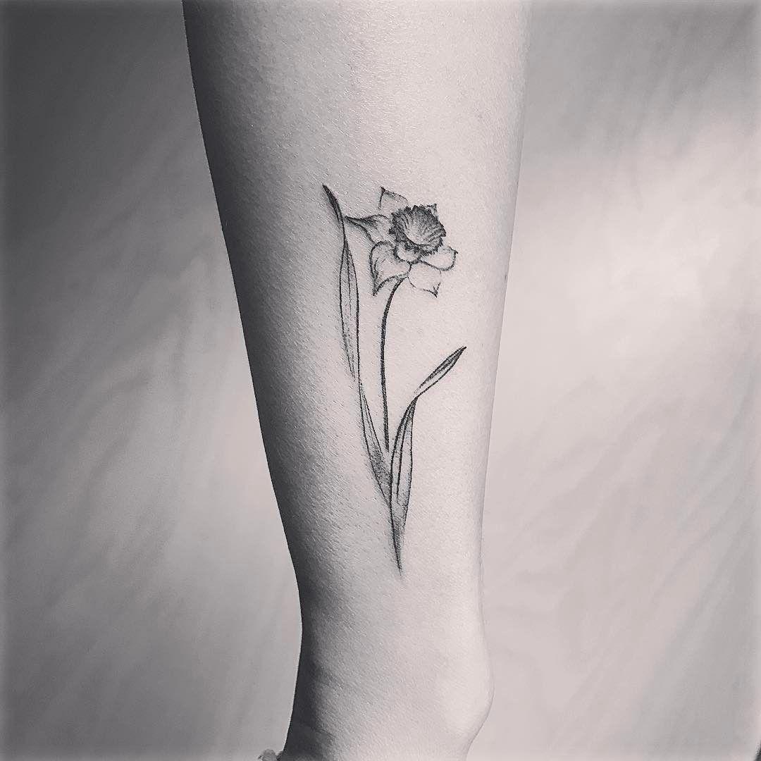 Plume Tatouages D Oiseaux In 2020 Narcissus Flower Tattoos Daffodil Tattoo Tattoos