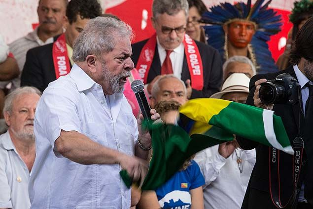 O ex-presidente Lula durante evento com movimentos sociais no acampamento dos anti-impeachment