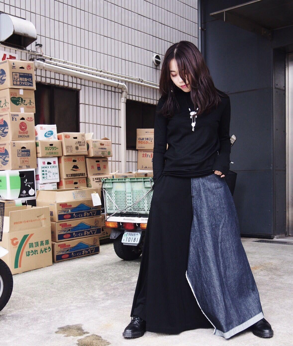 Yohji Yamamoto Yohji Yamamoto。 日本を代表するブランドの一つであるヨウジヤマモト。 煌びやかな洋服が中心だった35年前のパリコレで、タブーとされていた黒を前面に打出したコレクションを発表し、世界が震撼したブランド。 通常必要とされる要尺の1.5~2倍の生地を使ってでも、そこから生まれるドレーピングをデザインに落とし込むなど、見ても楽しめますが着るともっとヨウジの魅力に浸ることができます。是非...