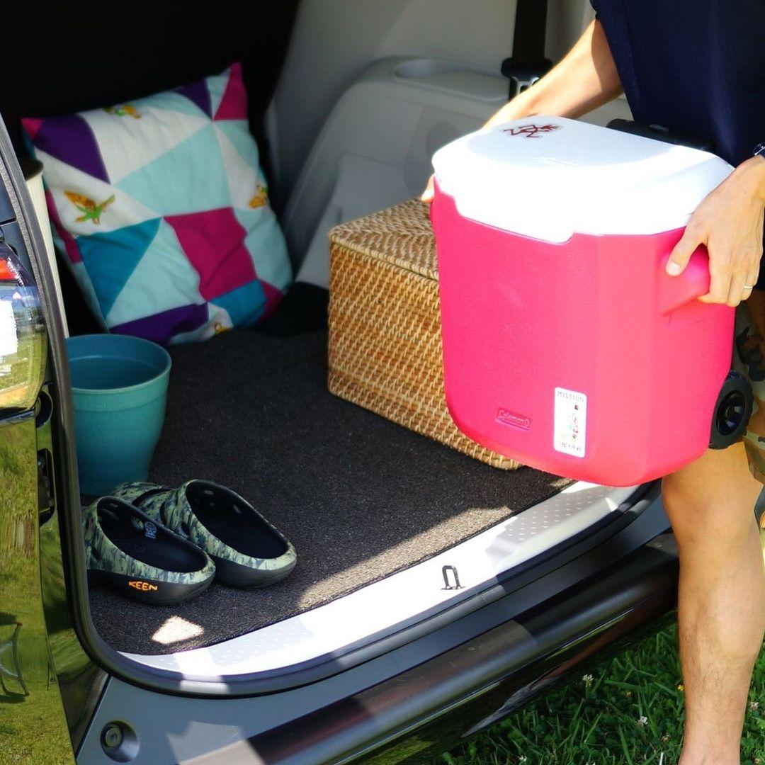 車の足元の汚れを防止する カーラグです 雨の日や荷物を積み込む際に 気になる車内の汚れ 必要な時だけ敷いて 汚れてしまっても手軽に洗えるので とっても便利なアイテムです ハサミで好きな形にカットできるので 車のサイズに合わせてお使い頂けます