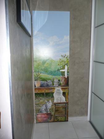 Trompe l 39 oeil porte peinte par un artiste local avec mes 3 chats trampantojos trompe l - Miroir trompe l oeil ...