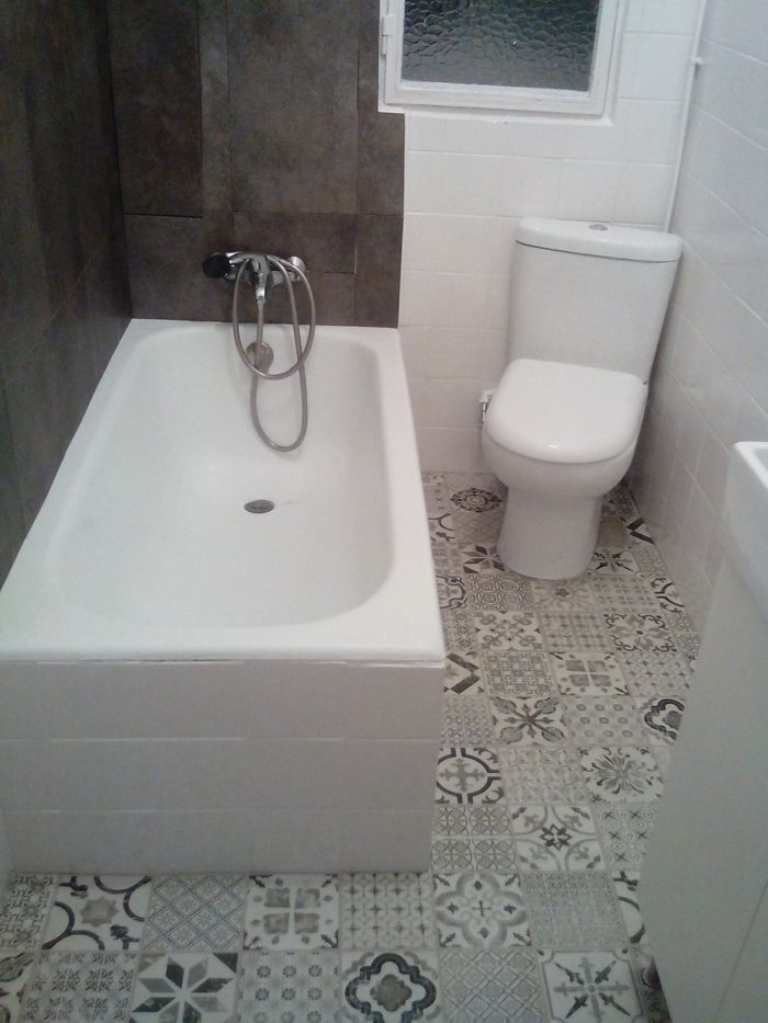 Si quieres renovar el suelo del ba o sin hacer obra las losetas vin licas son tu mejor opci n - Pintura para azulejos leroy merlin ...