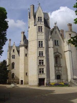le Château-Neuf: Le château de Montreuil-Bellay- VILLE CLOSE DE L'ANJOU, 20 - 8: LE CHATEAU-NEUF, dont la construction a commencé vers 1485, sur ordre de Guillaume d'Harcourt, est en partie inclus dans la forteresse du XIII°s (1c). C'est le château proprement dit. Il posséde, dit-on, le plus large escalier à vis de France, éclairé par les 6 fenêtres à meneaux cruciformes de la tour au 1° plan.