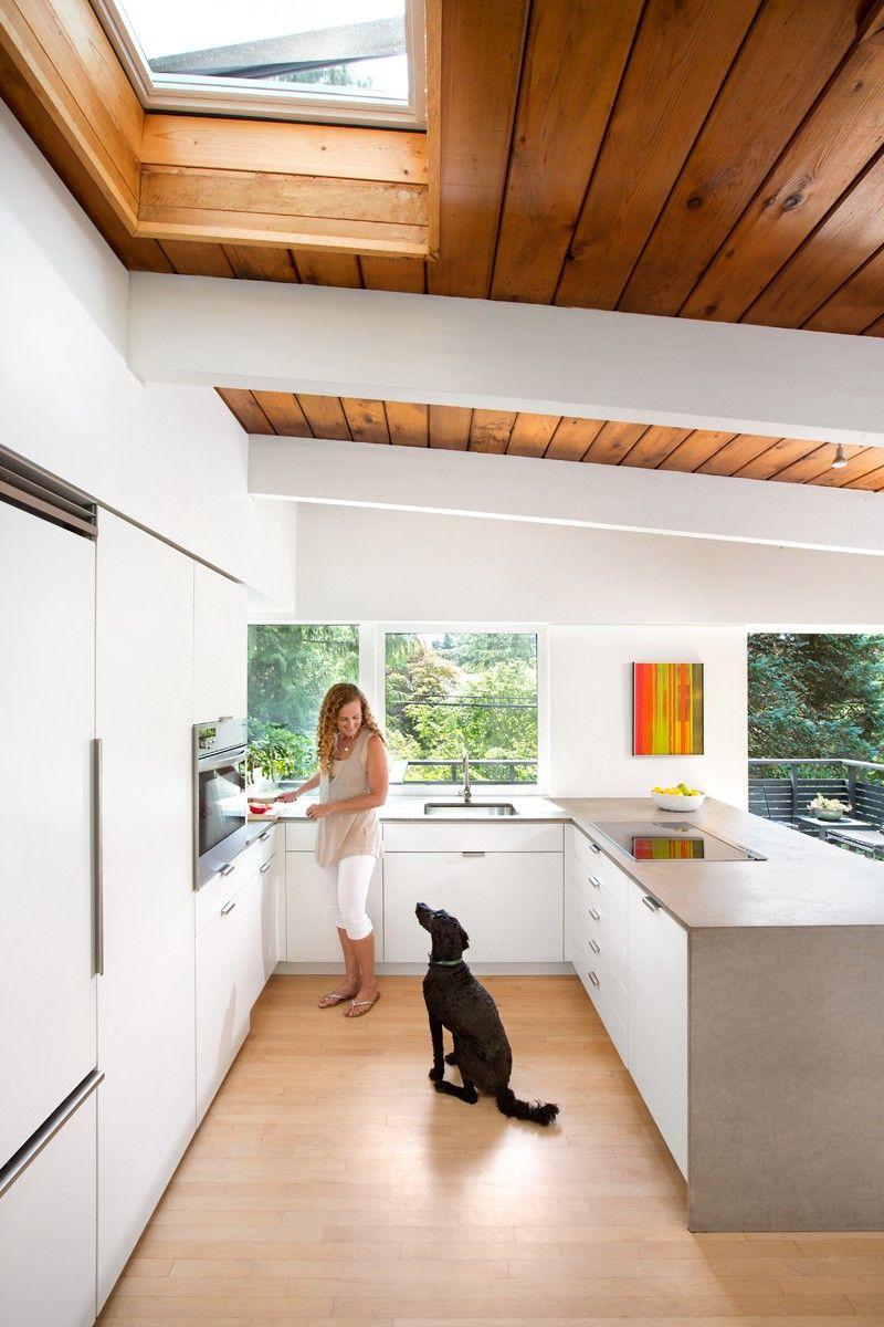 Dieses Post Und Balkenhaus Aus Den 1950er Jahren Wird In Vancouver Zeitgemass Renoviert 195 Post And Beam Mid Century Modern House Mid Century Modern Kitchen