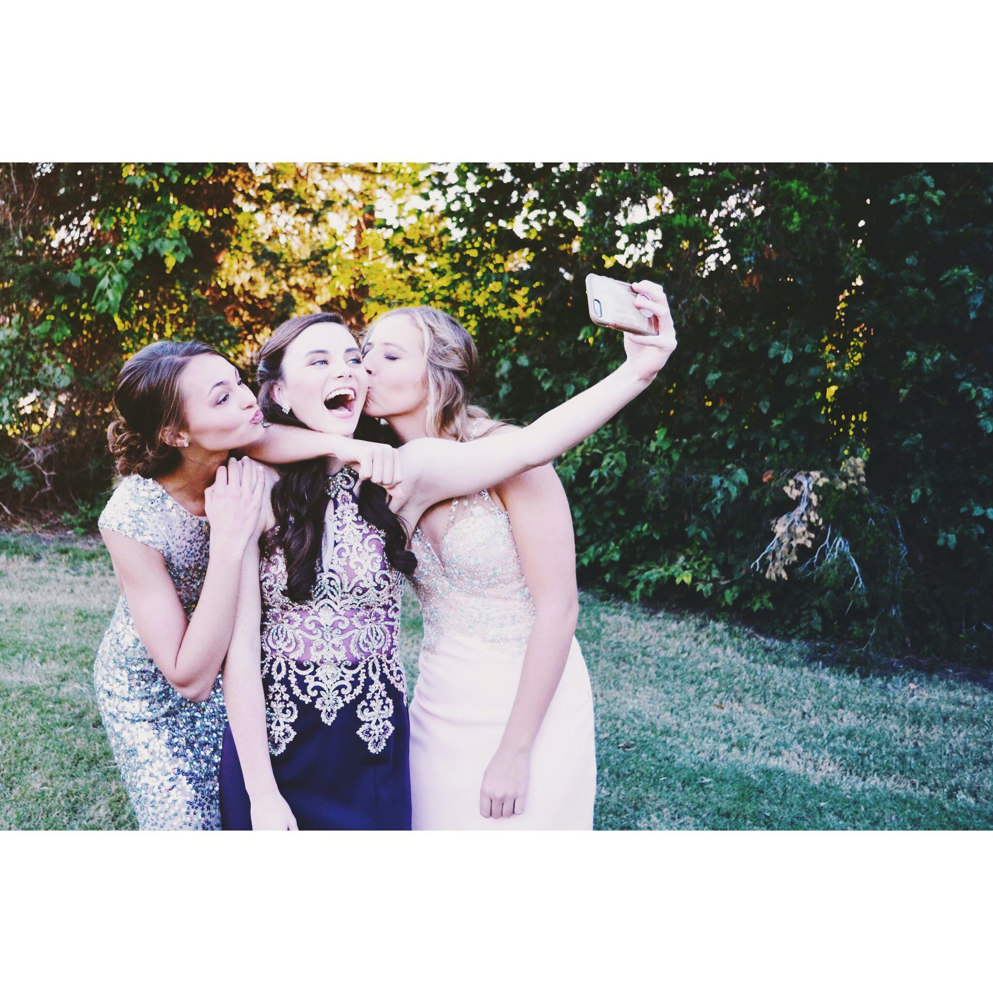 Prom photography couple or group or friend picture ideas #bestfriendprompictures #promphotographyposes
