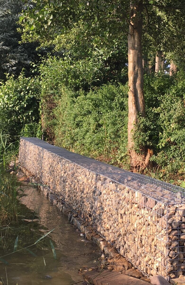 Uferbefestigungen Lassen Sich Auch Mit Gabionen Hervorragend Umsetzen Uferbefestigung Hanggrundstuck Retainigwall