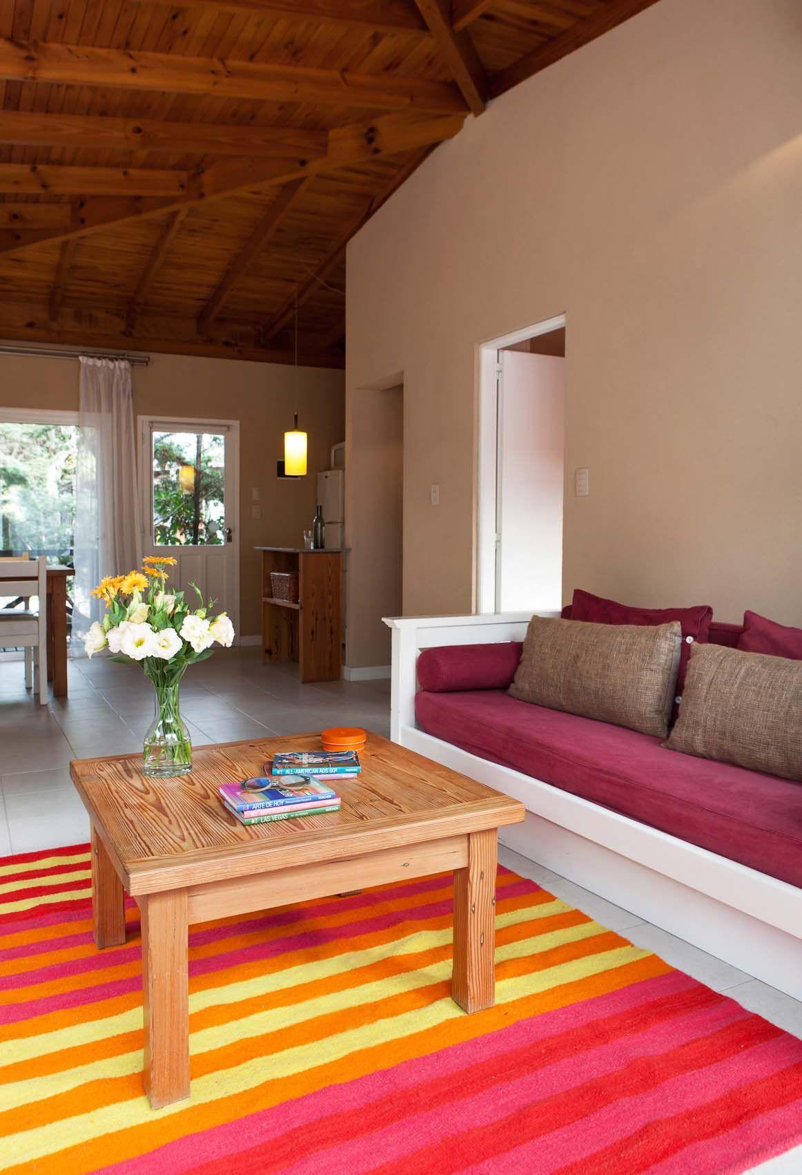 Apartamento de playa con living súper colorido e integrado con ...