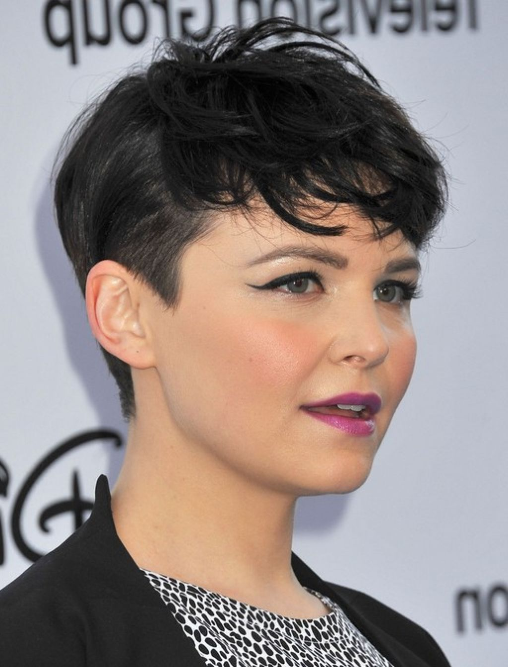 short hairstyles for wavy hair round face